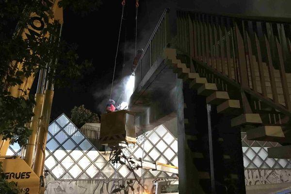 Les agents de la Dirif ont travaillé toute la nuit pour éviter l'effondrement de la passerelle pour piétons heurtée par un camion sur la N118.
