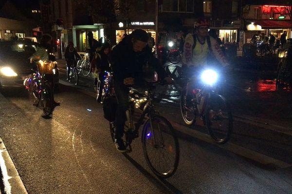 Cyclistes la nuit dans les rues de Rouen le 10 novembre 2018