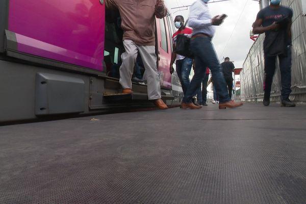 A la gare de Saint-Denis, sur la ligne H du Transilien, les quais seront rehaussés de 30 à 40 centimètres pour permettre l'accès des utilisateurs de fauteuils roulants.