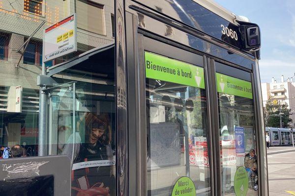 A Lyon, quatre bus de la ligne 98 ont été équipés de rétrovision, dispositif qui ressemble à un rétroviseur mais avec deux caméras pour une vision à 360°. Les tests ont été concluants.