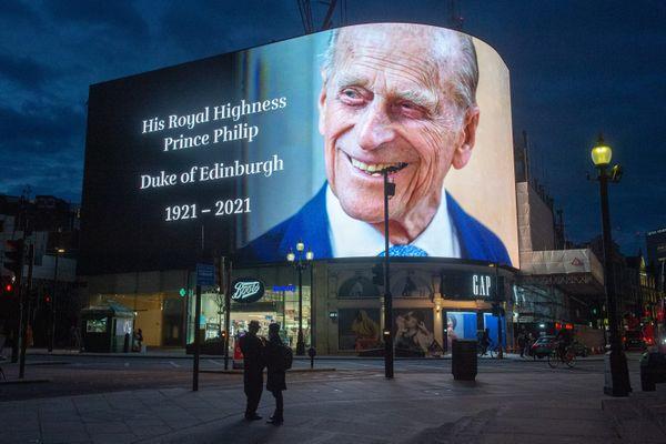 C'est sur le plus grand écran d'Europe à Piccadilly circus à Londres que sera diffusée l'œuvre numérique de David Hockney.  Un hommage y a été rendu pour le prince Philip décédé le 9 avril dernier.