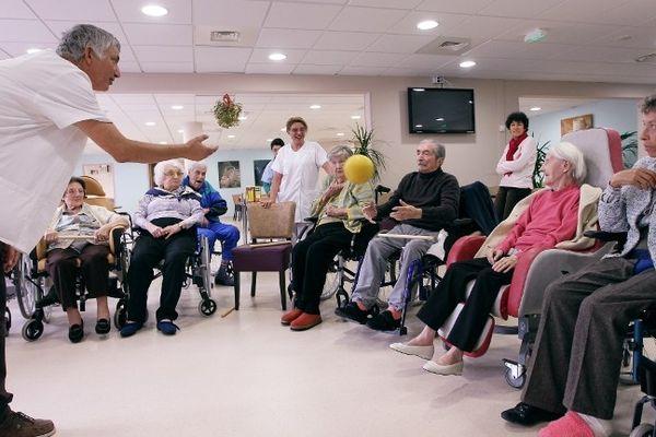 Des personnes agées participent à une séance de gymnastique, le 13 janvier 2012 à Antibes.