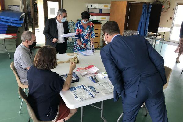 Dépouillement du scrutin départemental dans un bureau de vote de Lucé (Eure-et-Loir)