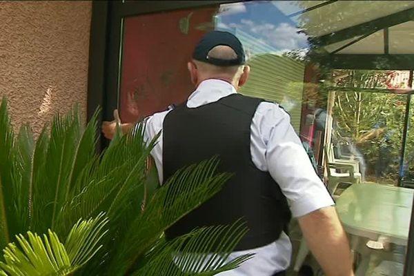 Les policiers ou gendarmes inspectent les portes, fenêtres, volets, à la recherche de traces d'effraction.