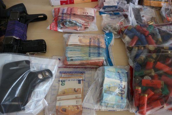 Les enquêteurs ont saisi plusieurs kilos de drogue, un important butin et des armes lors de l'interpellation des trafiquants de la cité Wagner à Nîmes.