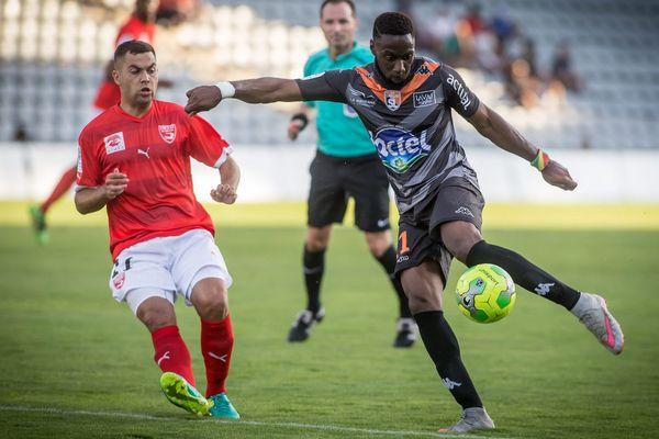Reprise du championnat de Ligue 2 pour Laval, qui se déplaçait à Nîmes.