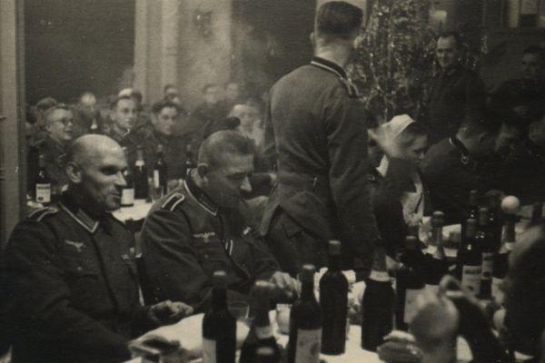 Des soldats allemands attablés dans un restaurant de Poitiers en 1940