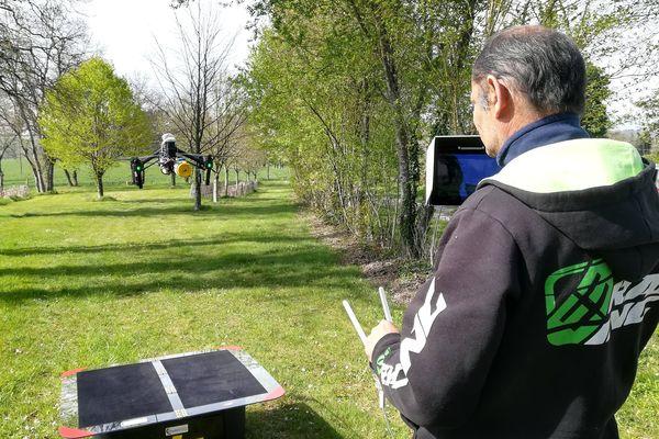 Christophe Buisson, spécialiste dans l'imagerie par drone, a eu l'idée de cet appareil contre les frelons.