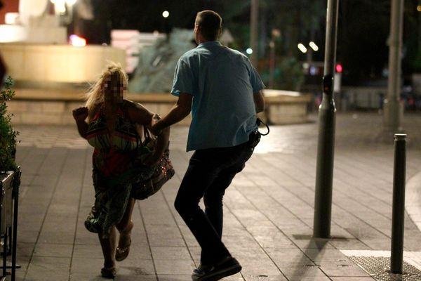 """""""C'était un chaos absolu, des gens hurlaient"""", a raconté un journaliste de l'AFP présent jeudi soir sur la Promenade des Anglais à Nice,"""