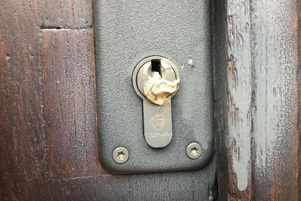 La serrure de notre local de Carcassonne a été bouchée.
