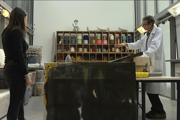 Philippe Chazelle est le seul maître teinturier de France à enseigner dans une école d'art.