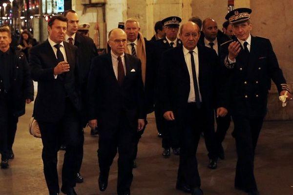 Le ministre de l'Intérieur Bernard Cazeneuve (ici en compagnie du ministre de la Défense Jean-Yves Le Drian, de Christian Estrosi et du préfet) qui est venu ce mardi soir à Nice saluer les trois militaires attaqués à l'arme blanche devant un centre communautaire juif.