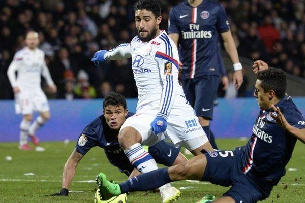 Le lyonnais Nabil Fekir à la lutte avec les joueurs parisiens Marquinhos et Thiago Silva lors du choc OL-PSG de la 24e journée de Ligue 1.
