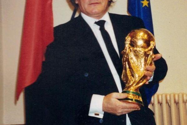 Jean-Pierre Surugue a eu la chance de tenir dans ses mains la Coupe du Monde de 1998.