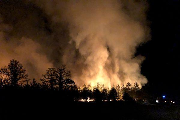 Le feu de forêt à Souesmes ce lundi 14 septembre vers 21h.