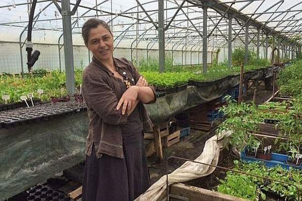 Perrine Hervé-Gruyer dans une serre de sa ferme