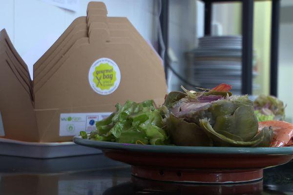 """Opération """"Gourmet bag"""" dans un restaurant d'Agen. Si les clients ne terminent pas leur assiette, ils pourront repartir avec leurs restes dans une boite en carton, comme l'impose désormais la loi."""
