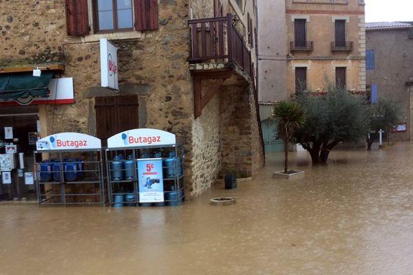 les rues inondées de Bize-Minervois dans l'Aude suite aux crues de la Cesse le 14 février 2017