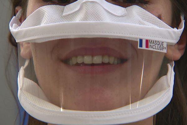 Une entreprise d'Echirolles fabrique des masques inclusifs, dotés d'une partie transparente, destinés notamment aux personnes malentendantes.