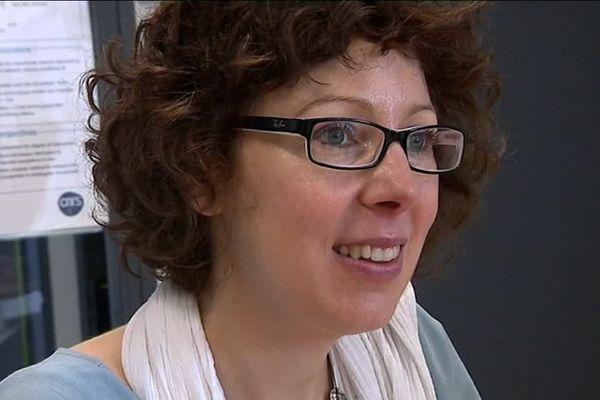 Anne-Virgine Salsac travaille sur les microcapsules.