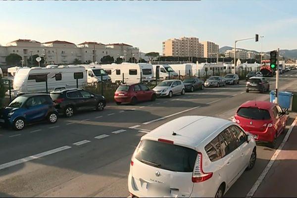 Les caravanes sont garées sur un terrain appartenant à la SNCF.