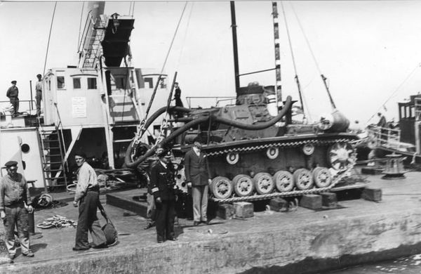 Le Panzer III étanchéifié, à quai, photographié en 1940.