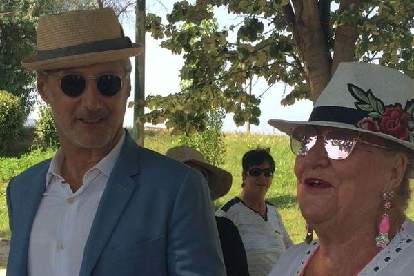 Antoine de Caunes avec la Marseillaise Michelle dans les allées du parc Borély pour le mondial à pétanque.