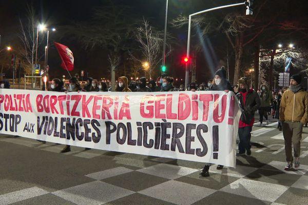 Une mobilisation avec une cinquantaine de personnes a eu lieu lundi 11 janvier en fin de journée pour dénonceer les violences policières.