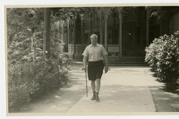 Le Dr Albert Barnes séjourna de nombreux étés à Port Manec'h. Collectionneur d'art, il découvrit la station balnéaire alors qu'il faisait affaire à Pont-Aven, la cité des peintres. Cette photo date de 1934. Elle a été prise à Brides-les-Bains.