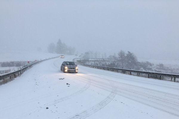 Jeudi 14 novembre, la circulation est délicate sur certaines routes de Haute-Loire en raison de la neige et du verglas, comme ici sur la RN88.