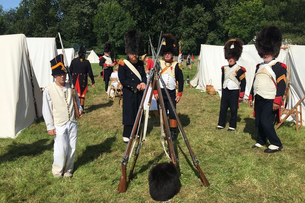 Soldats au repos dans le campement du château du Plessis-Bourré à l'occasion de la 6e édition des Journées Napoléon (17/18 juillet 2021)