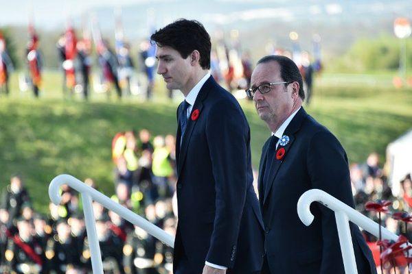 Justin Trudeau et François Hollande allant déposer une gerbe de fleurs.