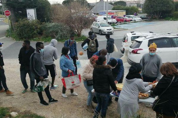 Distribution de repas chauds pour les étudiants en face de la cité universitaire de Perpignan - 2021.