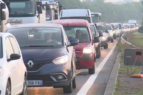 Tous les matins et tous les soirs, le périphérique de Caen a des allures de périphérique parisien. Les automobilistes roulent au pas.