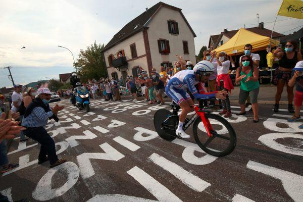 Le passage de Thibaut Pinot à Mélisey lors de la 20e étape du Tour de France cycliste, un contre-la-montre entre Lure et La Planche des Belles Filles en Haute-Saône