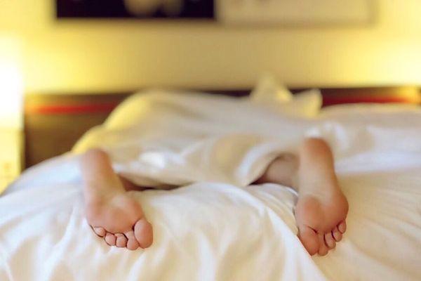 88% des 15-24 ans déclarent ne pas assez dormir. L'une des causes : l'utilisation du smartphone avant le coucher.