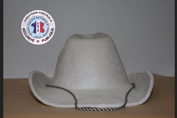 Le chapeau de cow-boy saisi par les policiers lors de leur intervention