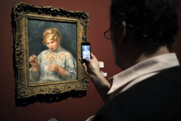 """Un homme prenant en photo le tableau """"La Frivolité"""" (1906) de Pierre Auguste Renoir durant l'exposition """"Renoir au XXe siècle"""" (Sept 2009 au Grand Palais à Paris)"""