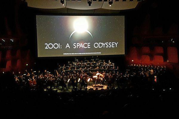 """L'Orchestre Philarmonique de Strasbourg et l'ensemble vocal """"Les Métaboles"""" ont accompagné en live la projection du film de S. Kubrick """"2001, Odyssée de l'Espace""""."""