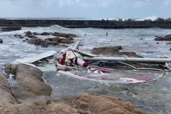26/09/2020. Des débris témoignent du violent naufrage d'un voilier dans la baie d'Ajaccio.
