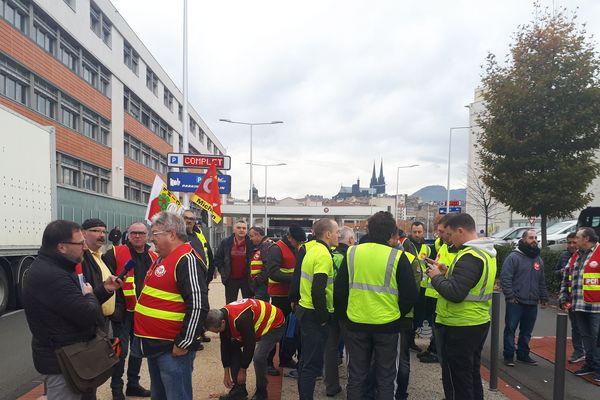 Une trentaine de manifestants se sont rassemblés vendredi 23 novembre matin aux Carmes, à Clermont-Ferrand, à l'appel du syndicat CGT Michelin.