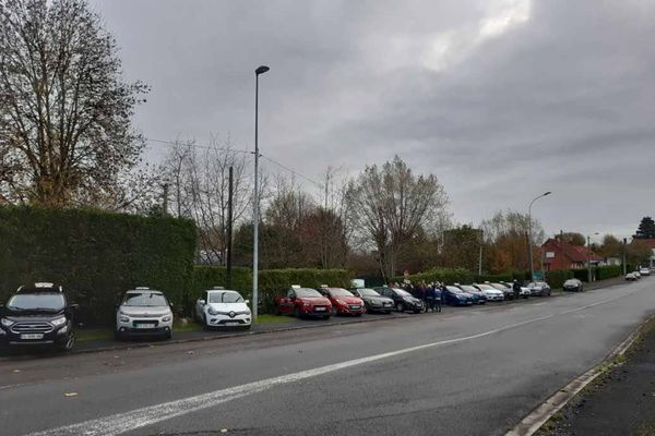 Une vingtaine de moniteurs d'auto-école se sont mobilisés ce matin à Maubeuge et Prouvy en bloquant l'entrée des centres d'examen