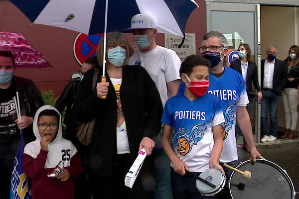 Quelques dizaines de supporters du PB 86 avaient bravé la pluie pour venir encourager les joueurs avant le match.