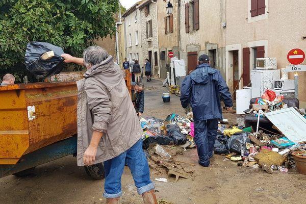Le nettoyage du village de Villardonnel dans l'Aude au lendemain des inondations du 15 octobre 2018.