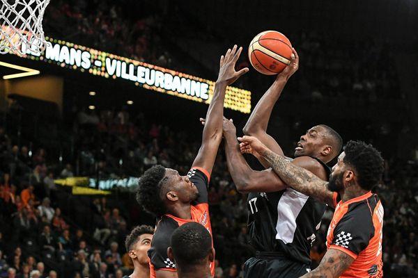 Jean-Charles Livio monte au panier, lors de la finale de la coupe de France de basket 2019. L'Asvel remporte la coupe 70 à 61.
