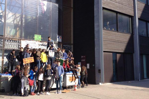L'entrée du lycée Mandela est restée bloquée ce matin, mais certains élèves, notamment en classes prépas, ont pu accéder aux cours.