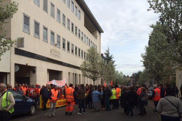 Les agents du Conseil Départemental de l'Allier en colère à Moulins perturbent la session dominicale des élus.
