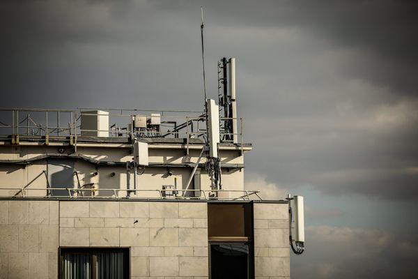 Illustration : une antenne relais installée sur les toits de Paris