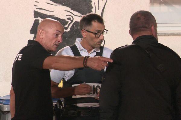 Alain Albano répondant aux questions de la police, après son agression.
