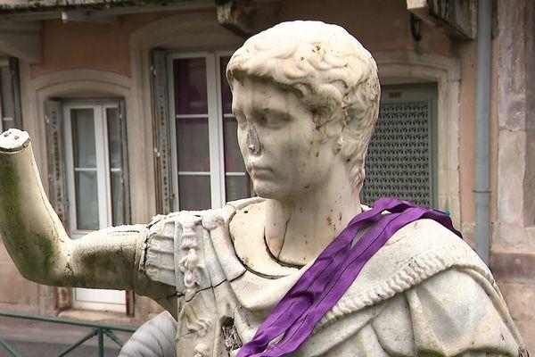 Ce buste d'un empereur romain a été déplacé et mis à l'abri à l'office de tourisme de Plombières.